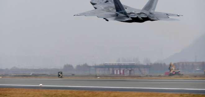 Un avión F-22 Raptor de la Fuerza Aérea de Estados Unidos despega de una base en Gwangju, en Corea del Sur, el lunes 4 de diciembre de 2017. Estados Unidos y Corea del Sur comenzaron el lunes sus maniobras aéreas conjuntas de más grande escala en su historia con la participación de cientos de aeronaves en la zona. Foto: AP