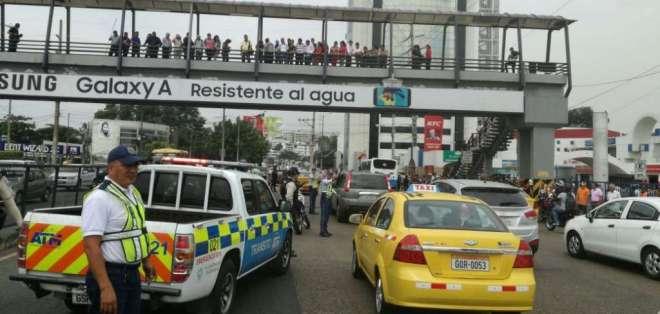 Aparentemente, una mujer se habría lanzado desde el paso a desnivel que se encuentra sobre la Av. Plaza Dañín. Foto: ATM Guayaquil