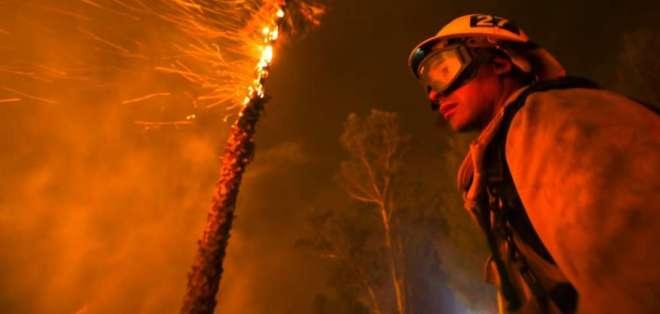 El incendio ya causó al menos un muerto y obligó a miles de personas a abandonar sus hogares durante la noche. Foto: Redes