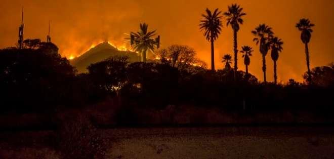 El feroz incendio en las laderas del condado de Ventura en California.  Foto:AFP