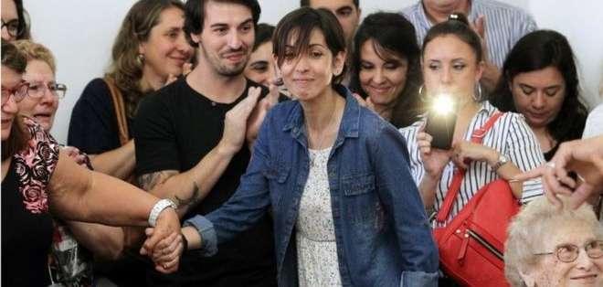 """Adriana (centro) reveló que era la """"nieta recuperada número 126"""" en una emotiva conferencia de prensa."""