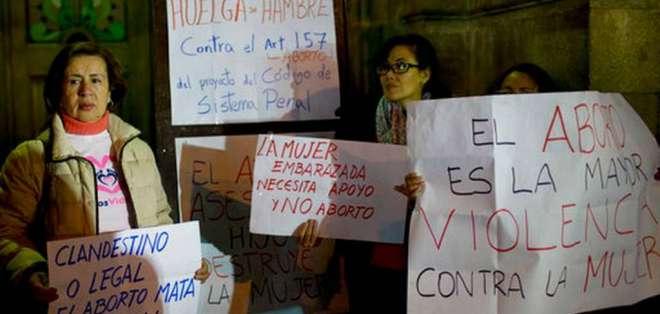 Varias mujeres sostienen letreros en el primer día de su huelga de hambre para protestar por los abortos. Foto: AP