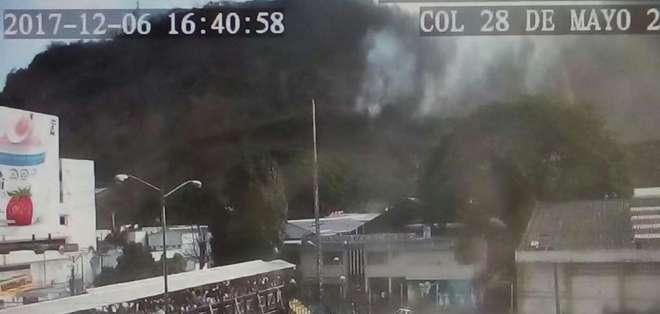 Se registró incendio forestal cerca de una unidad educativa en Guayaquil. Foto: Cortesía