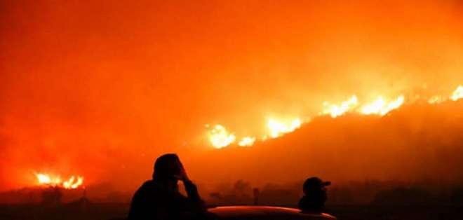 Según autoridades, al menos 150 inmuebles se incendiaron el 05 de diciembre del 2017 en Ventura. Foto: AP