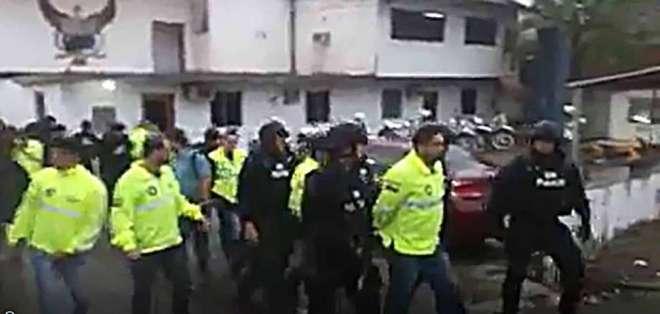 Un comisario y un civil también fueron aprehendidos. Foto: Captura