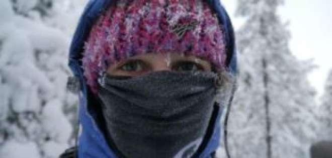 Cubrir la boca y la nariz con una bufanda puede ayudar a calentar el aire inhalado por las personas asmáticas.