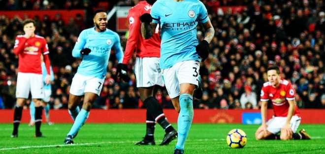 Manchester City se impuso de visitante al United y amplió su ventaja en la Premier League.