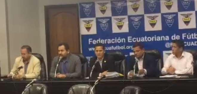 Luis Muentes (c.), presidente del gremio, hizo el anuncio oficial en rueda de prensa. Foto: Captura de pantalla