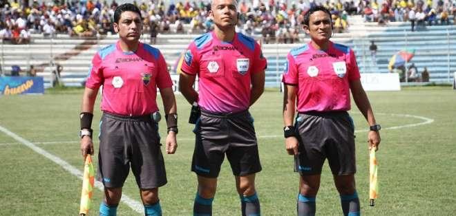 El árbitro ecuatoriano (c.) aseguró que los daños de exponerse a los rayos UV son reales. Foto: Archivo