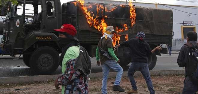 TEGUCIGALPA, Honduras.- Los manifestantes derramaron aceite, diésel y clavos en las carreteras para impedir el paso de los vehículos de la policía. Foto: AP.