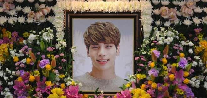 El 19 de diciembre de 2017 se ve el retrato de Kim Jong-Hyun, un cantante principal de 27 años de la popular banda de pop K-pop SHINee, en un altar de luto en un hospital de Seúl.