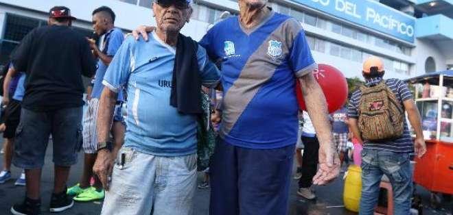 Roberto 'Pibe' Ortega (d) formó parte de la poderosa delantera de Emelec apodada los 'Cinco Reyes Magos'.