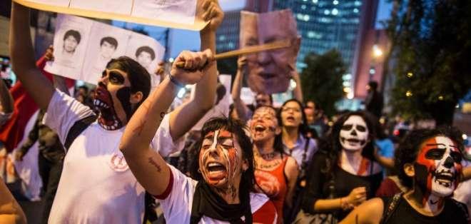 """Manifestantes se congregaron en Lima bajo el lema """"indulto es insulto"""". Foto: AFP"""
