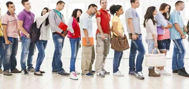 La sensación es que siempre la fila de al lado avanza más rápido.