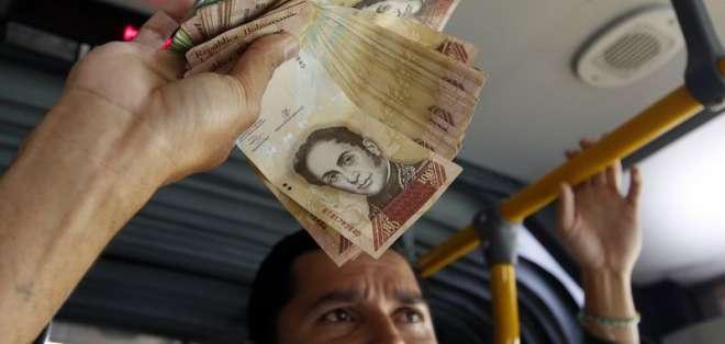 Venezolanos en otros países suben a los buses a contar la situación actual de Venezuela. Foto: Pixabay