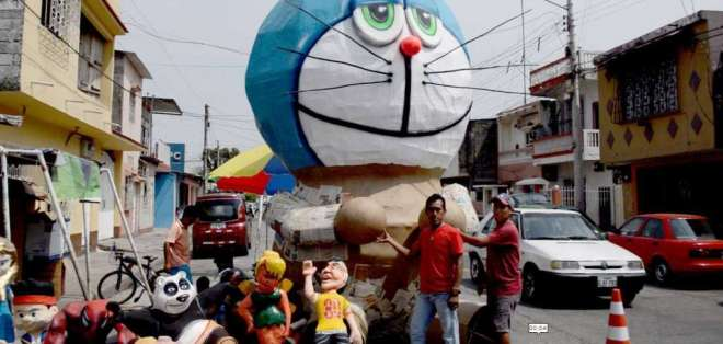 Decenas de visitantes llegan diariamente para fotografiarse junto a monigotes gigantes de Suburbio. Foto: Ecuavisa