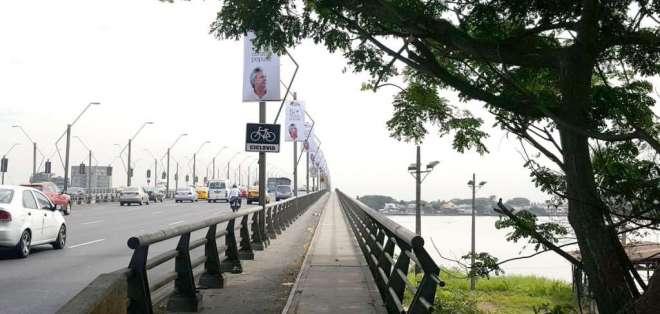 GUAYAQUIL, Ecuador.- Desde hace unos días se evidencia propaganda electoral en el Puente de la Unidad Nacional. Foto: Rafael Hernández / Ecuavisa