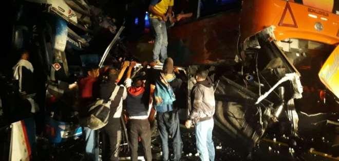 Al sitio acudieron representantes de la Policía Nacional, Ministerio de Salud Pública, Cuerpo de Bomberos, entre otras instituciones. Foto: ECU 911