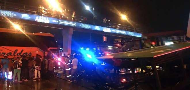 Conductor y ayudante del bus resultaron heridos tras choque. Foto: Twitter