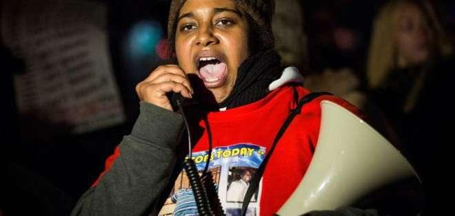 Erica Garner protesta megáfono en mano contra la decisión judicial de no procesar a ninguno de los policías implicados en la muerte de su padre.