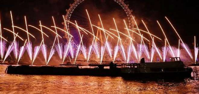 LONDRES, Reino Unido.- Más de 100.000 personas asistieron a los fuegos artificiales desde las orillas del Támesis. Foto: AFP.