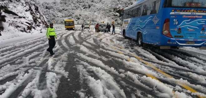 Policía Nacional y Cuerpo de Bomberos de Quito coordinaron el tránsito de los automotores. Foto: Twitter Policía Nacional.