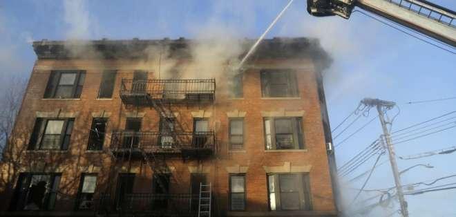 NUEVA YORK, Estados Unidos.- Un incendio en el Bronx deja 16 heridos. Esto ocurre 4 días después de un evento similar. Foto: AP