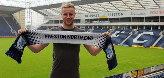 El defensor del Preston North End se enteró que era el ganador por su mamá. Foto: Tomada de www.pnefc.net/