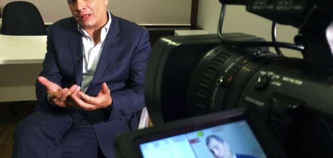 ESPAÑA.- El expresidente ecuatoriano Rafael Correa habla durante una entrevista con The Associated Press en Madrid, el sábado 18 de noviembre de 2017. Foto: AP