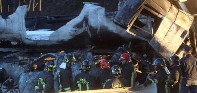 BRESCIA, Italia.- El camión cisterna explotó luego de la colisión con otro vehículo. Seis personas fallecieron. Foto: repubblica.it