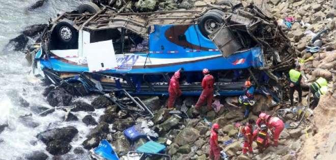 El autobús quedó volcado a la orilla del mar. Foto: AFP