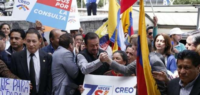 Azuay.- Simpatizantes de Guillermo Lasso acudieron por la mañana a la sede de CREO en Cuenca