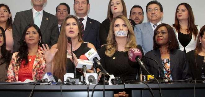 QUITO, Ecuador.- El CAL sancionó a tres asambleístas, entre ellas Cristina Reyes (i) y Ana Galarza, por su conducta. Foto: API