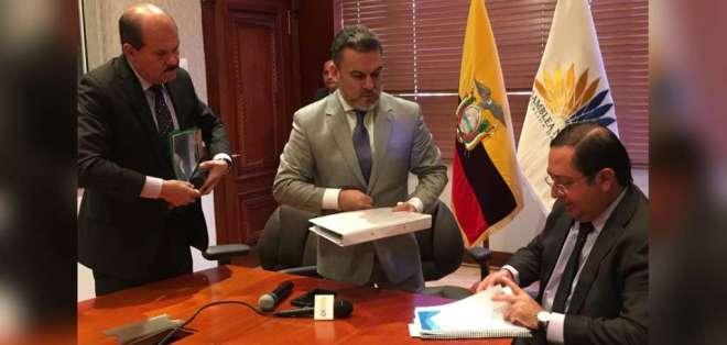 Ministro De La Torre cuestionó la intención de un eventual juicio político en rueda de prensa, el jueves 11 de enero de 2018. Foto: Twitter