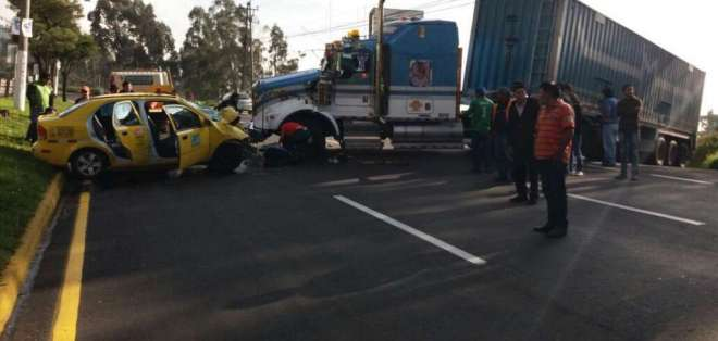 RUMIÑAHUI, Ecuador.- Un accidente de tránsito en el sentido Valle - Quito dejó una persona herida. Foto: Gobierno Provincial de Pichincha