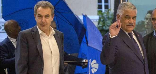 El ex primer ministro español José Luis Rodríguez Zapatero (L) y el canciller dominicano Miguel Vargas Maldonado antes de reunirse con representantes del gobierno venezolano y la oposición para reanudar las conversaciones el 11 de enero de 2018. Foto: AFP