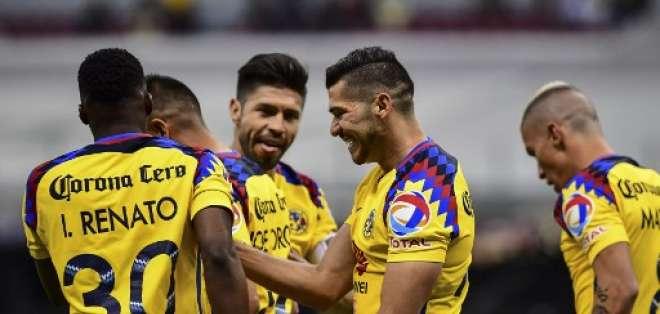 El volante ecuatoriano (i.) dio el pase para el gol de Oribe Peralta (c.). Foto: AFP