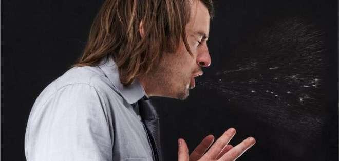 Reprimir totalmente un estornudo, tapando la nariz y la boca, puede causar complicaciones potencialmente graves, advierten los médicos.