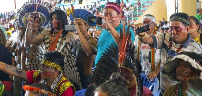 Los indígenas amazónicos toman fotografías de los bailarines durante una reunión en Puerto Maldonado, provincia de Madre de Dios, Perú, el jueves 18 de enero de 2018, un día antes de que el papa Francisco llegue a la Amazonía peruana. Foto: AP