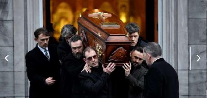 LIMERICK, Irlanda.- Miembros de la banda irlandesa cargaron el féretro de la fallecida vocalista. Foto: