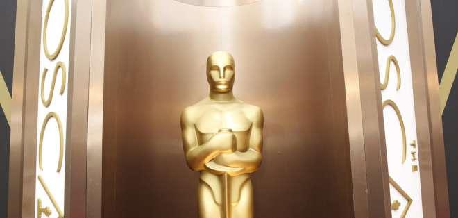 Una estatua del Oscar decora la entrada del Teatro Dolby para la gala de premiación, en Los Angeles. Foto: AP