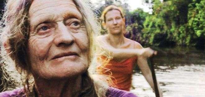 """Clare Weiskopf (en segundo plano, remando) confronta a su madre, Valerie Meikle (en primer plano), en el documental """"Amazona""""."""