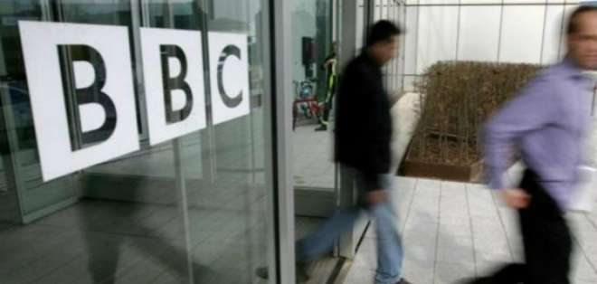 Presentadores de BBC se bajan sueldo tras polémica por desigualdad con mujeres.