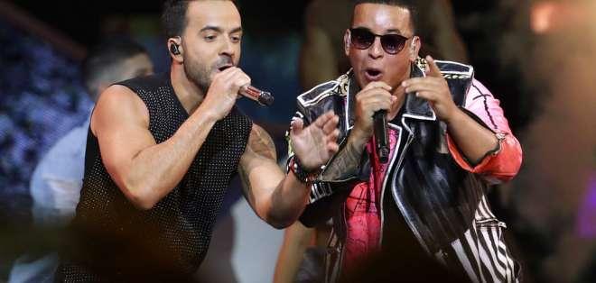 Luis Fonsi, a la izquierda, y Daddy Yankee cantan en la ceremonia de los Premios Billboard de la Música Latina en Coral Gables, Florida, el 27 de abril del 2017. Foto: AP