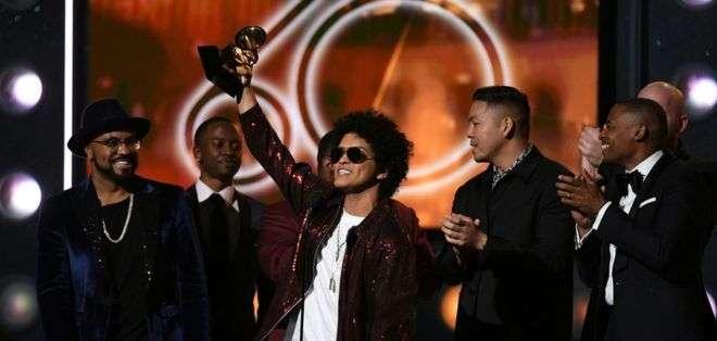 Un exultante Bruno Mars recordó sus inicios sobre el escenario en su Hawái natal.