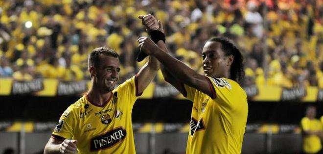 El jugador brasileño (d.) fue el invitado a la Noche Amarilla 2016. Foto: Archivo