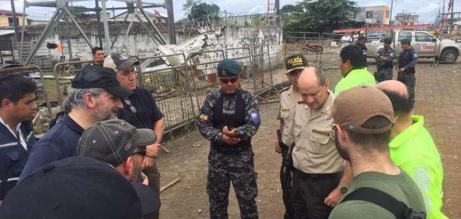 Entre sus actividades, peritos sobrevolaron en helicópteros de Ejército y Policía la zona de la explosión. Foto: Ecuavisa