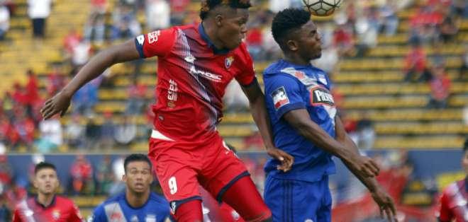 El delantero ecuatoriano (i.) llegó procedente de El Nacional. Foto: API
