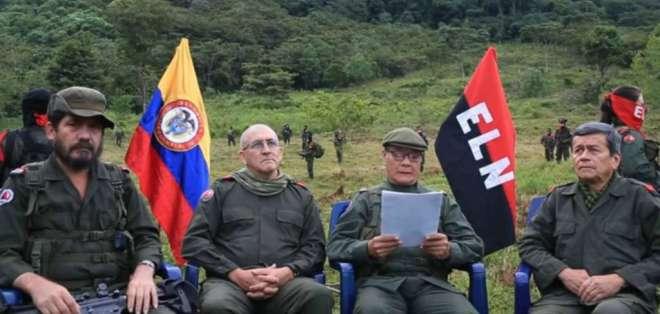 El líder del ELN, Nicolás Rodríguez Bautista, alias 'Gabino', junto a otros miembros de la guerrilla. Foto: Radio Nacional Patria Libre.