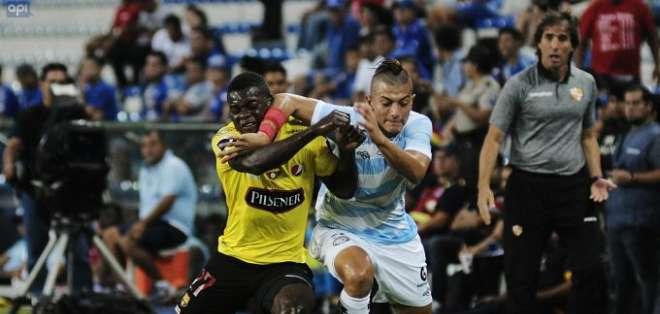 Jugadores de BSC y Guayaquil City en disputa del balón. Foto: API.